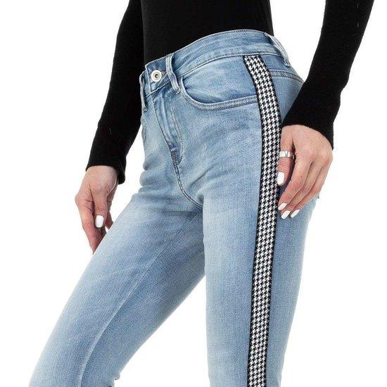Licht blauwe jeans met contraststreep.