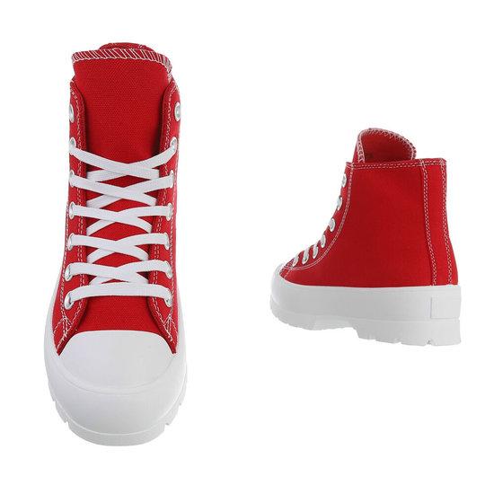 Hoge rode sneaker Marie.