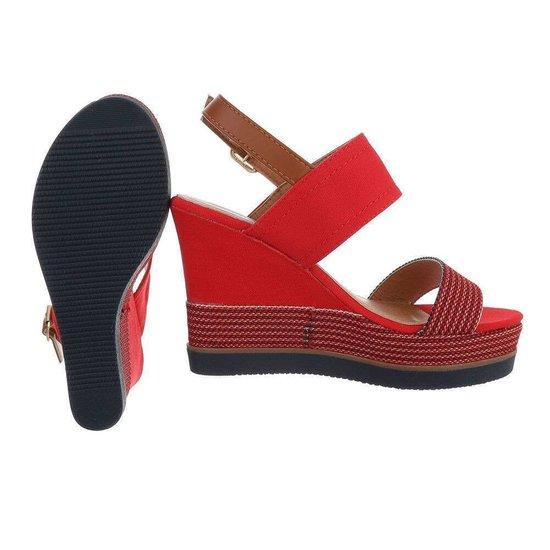 Rode hoge sandaal met sleehak Lucetta.