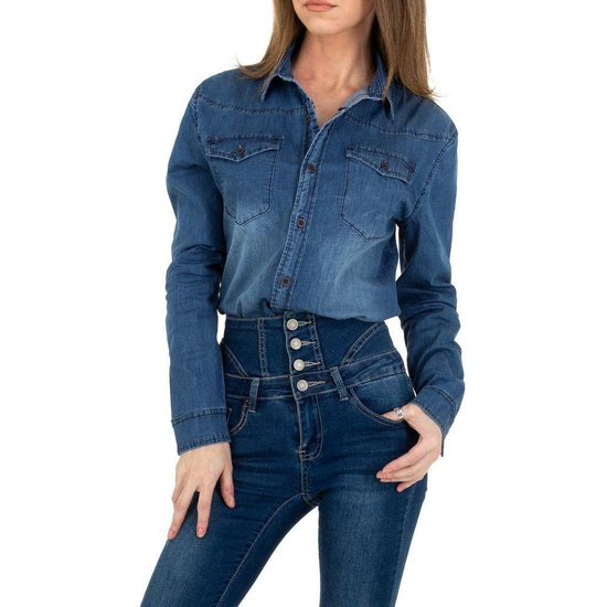 Trendy washed blue jeans hemdblouse.