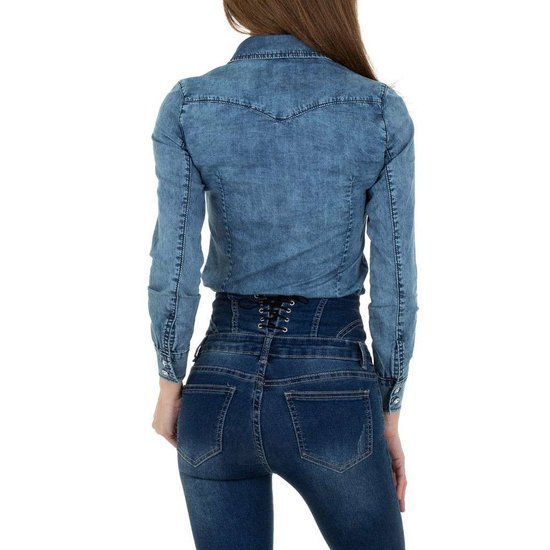 Trendy washed light blue jeans hemdblouse.