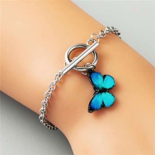 Zilveren armband met licht blauwe vlinder.