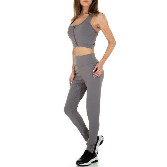 Grijze 2 delige sportieve yoga outfit.