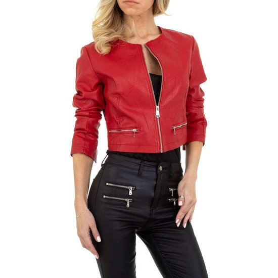 Stylishe korte rode leatherlook jacket.