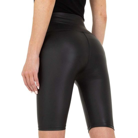 Zwarte leather look short.