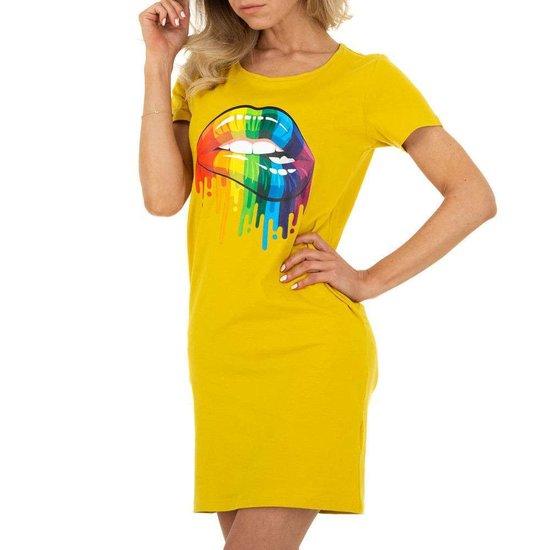 Zomerse gele T-shirt jurk.