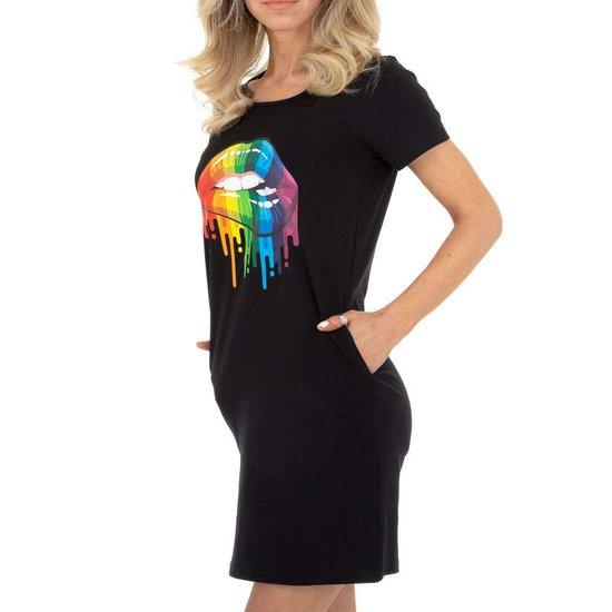 Zomerse zwarte T-shirt jurk.