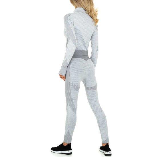3 delige grijze sportswear.