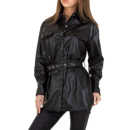 Lichte zwarte korte leatherlook jas.