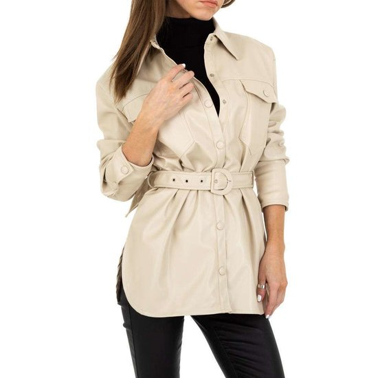 Lichte beige korte leatherlook jas.