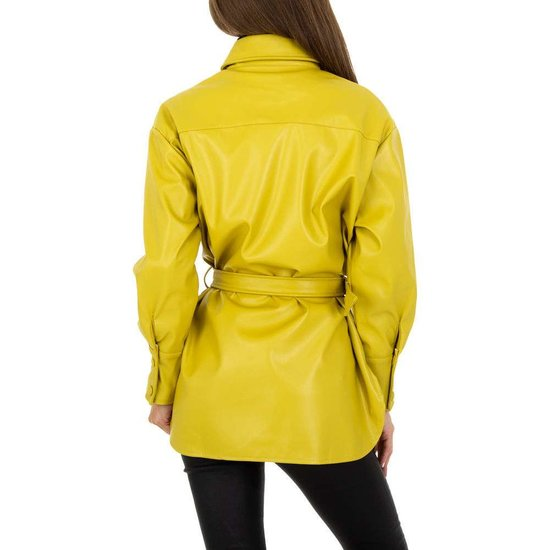 Lichte gele korte leatherlook jas.