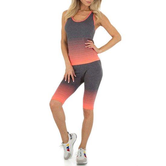 Oranje-grijze sportieve outfit.