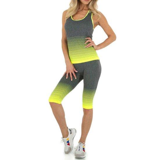 Geel-grijze sportieve outfit.