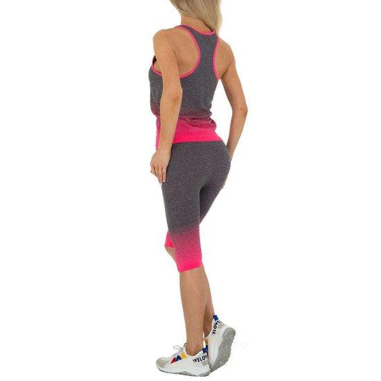 Rose-grijze sportieve outfit.