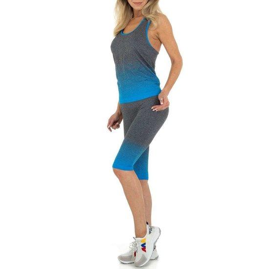 Blauw-grijze sportieve outfit.