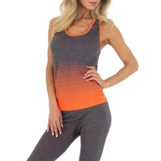 Sportieve oranje-grijze outfit.