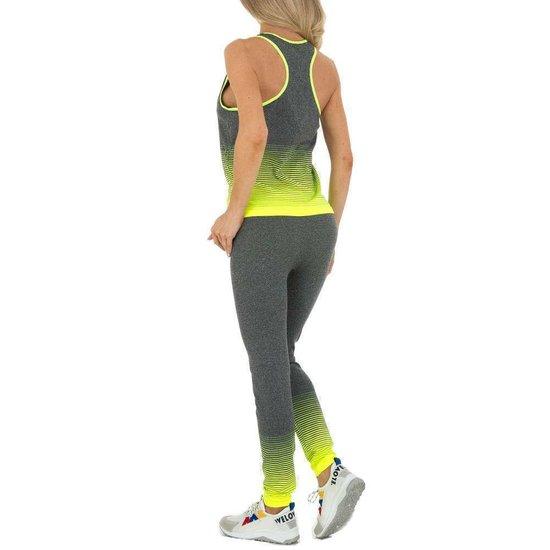 Sportieve grijs-gele outfit.
