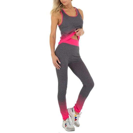 Sportieve grijs-rose outfit.