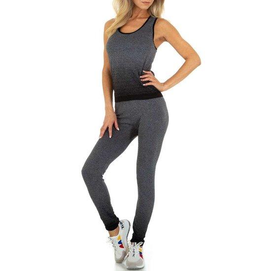 Sportieve zwart-grijze outfit.