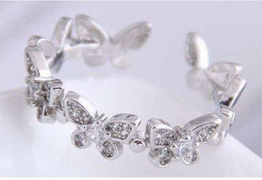 Zilveren platiniumplated ring met vlinder motief.