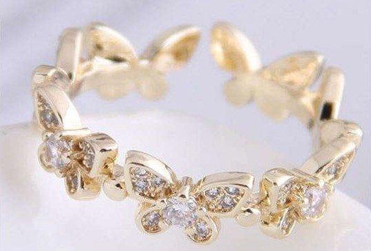 Gouden ring met vlinder motief.
