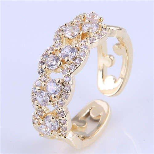 Gouden ring met floral patroon.
