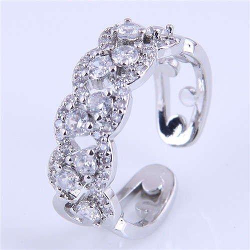 Zilveren ring met floral patroon.