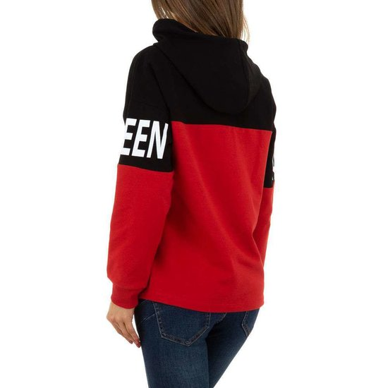 Rood-zwarte sweater met opschrift.