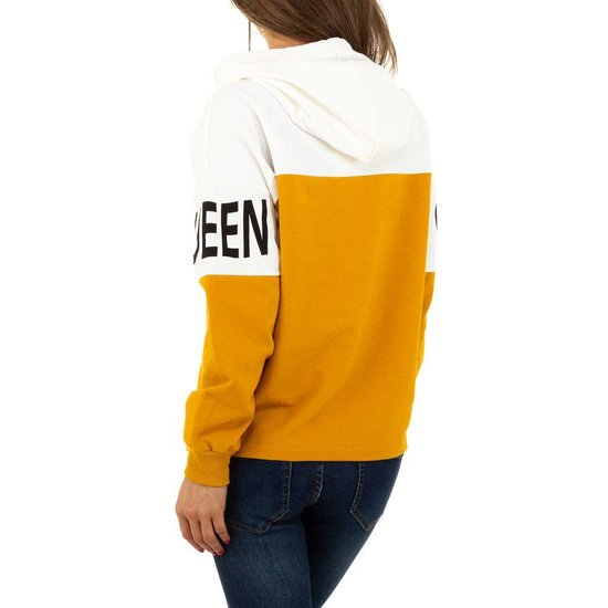 Geel-witte sweater met opschrift.