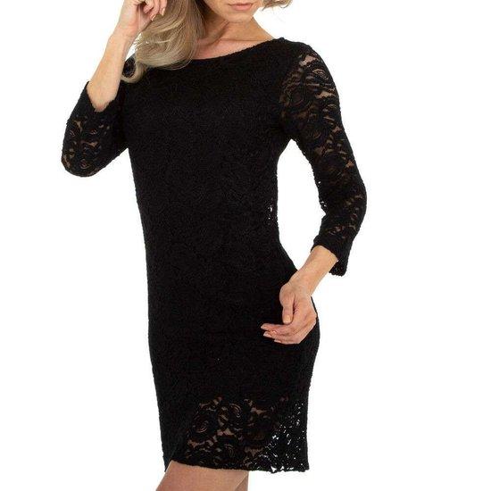 Zwarte korte jurk in kant.