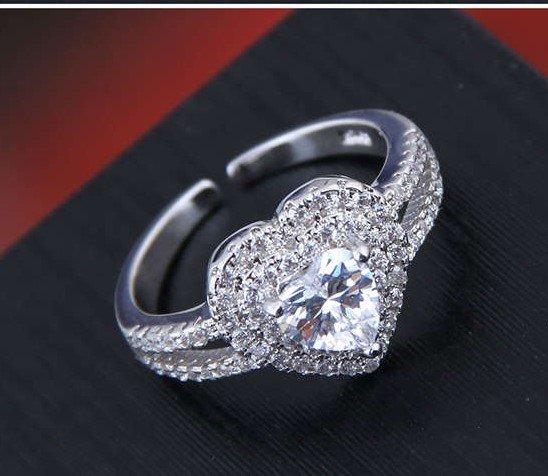 Zilveren ring met hart patroon.
