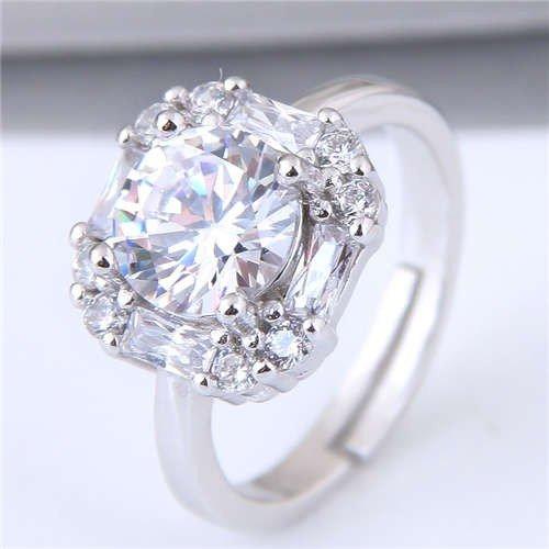 Zilveren ring met vierkant patroon.