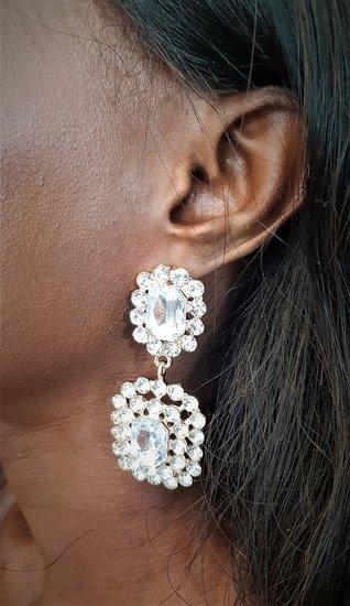 Rechthoekige duo witte oorbellen.