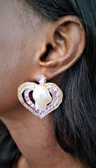 Violet hartvormige oorbellen met onregelmatige parel.