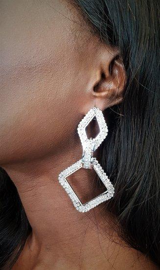 Gouden-zilveren duo oorbellen in ruitvorm.