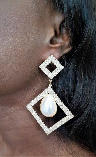 Gouden-zilveren duo oorbellen in ruitvorm met parel.