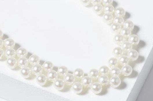 Trendy gouden choker halsketting met parels.