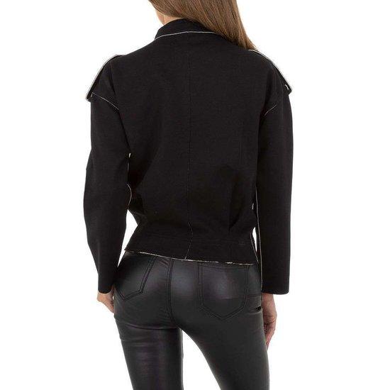 Korte zwarte tussenseizoen jacket.