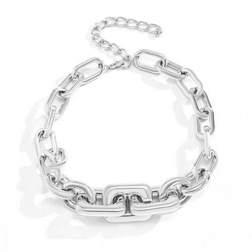 Goud-zilveren halsketting in punk style.