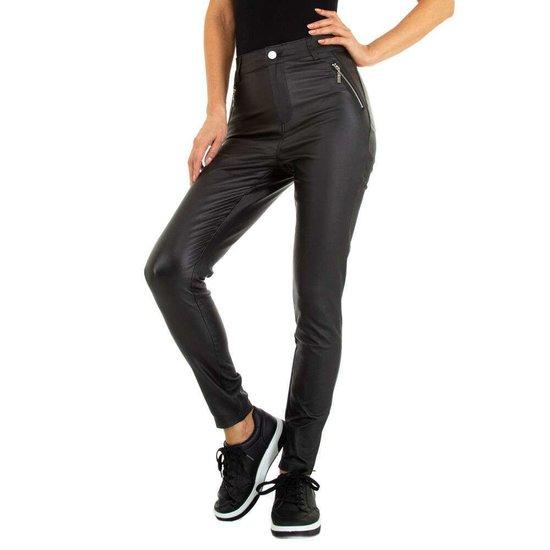 Trendy leatherlook broek met 2 zijzakken.