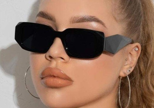 Zwarte zonnebril met geometric design.