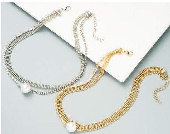 Gevlochten goud-zilveren halsketting.