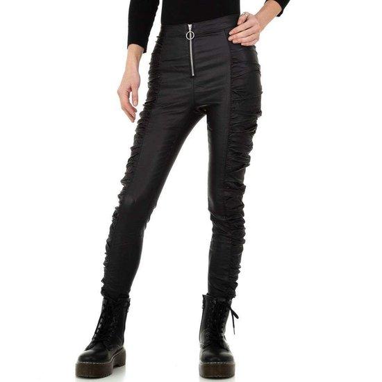 Skinny zwarte gefronste leatherlook broek.
