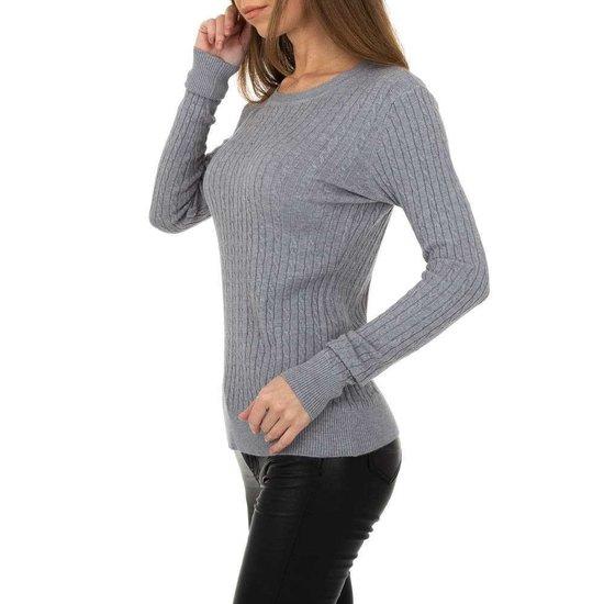 Grijze pullover met struktuur.