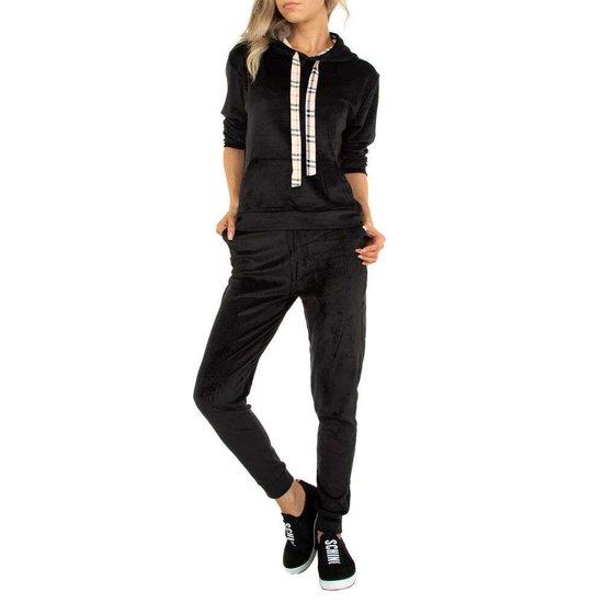 Zwarte velvet loungewear met detail.