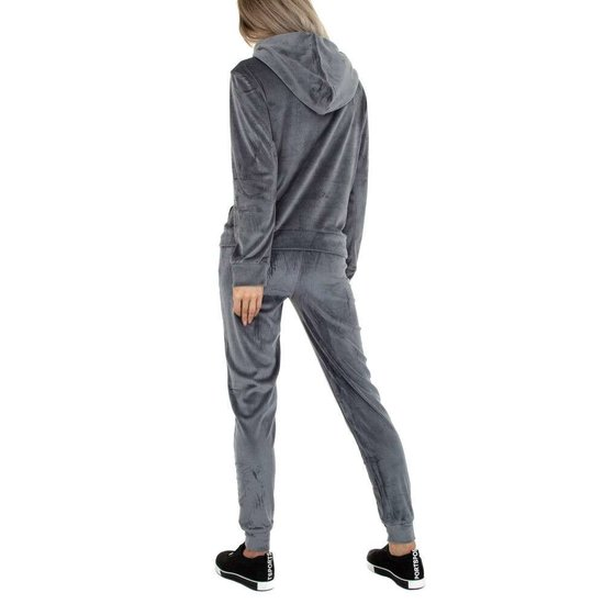 Grijze velvet loungewear met detail.