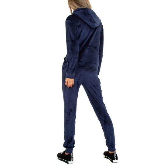 Donker blauwe velvet loungewear met detail.