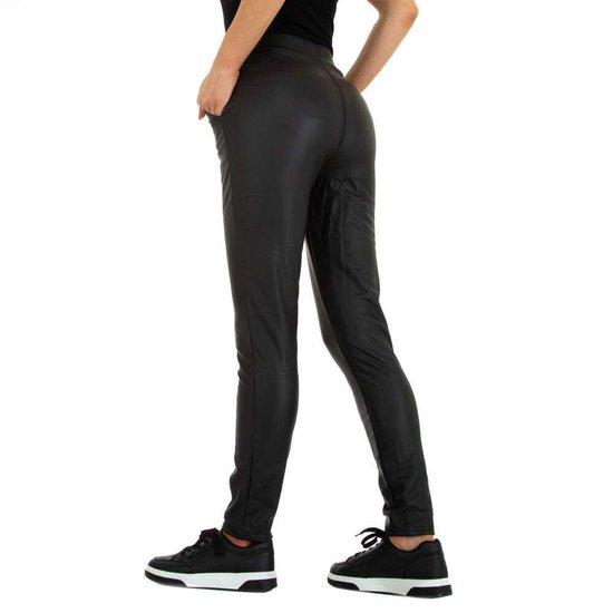 Fashion zwarte leather look broek met ketting.