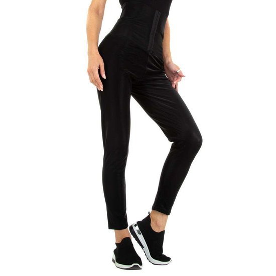 Ultra hoge zwarte broek.