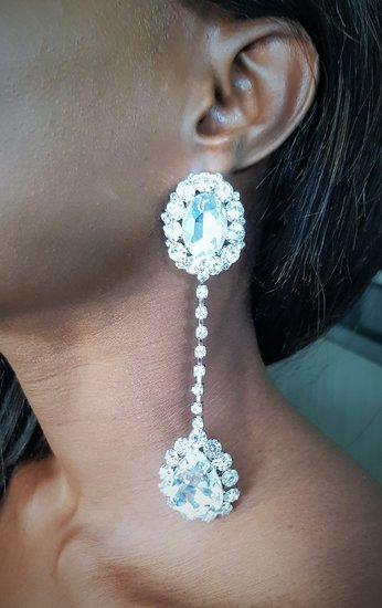 Zilveren oorbellen in waterdruppel design.